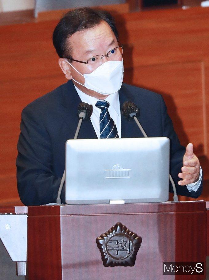 [머니S포토] 위드 코로나 관련 질의 답변하는 김부겸 총리
