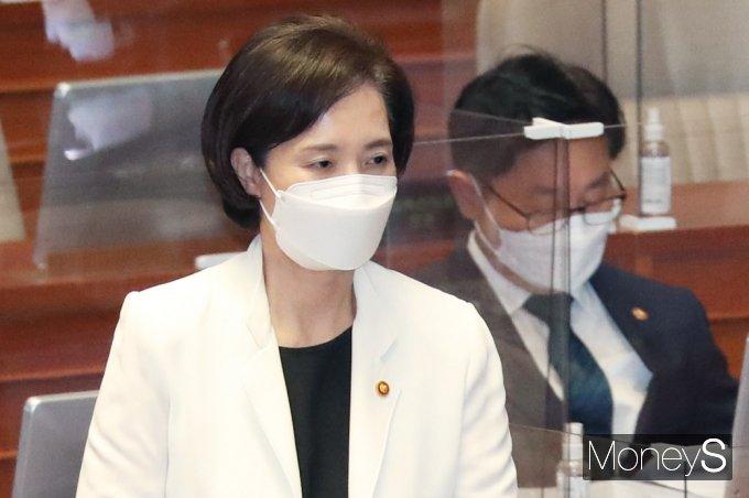 [머니S포토] 사회·문화 대정부 질문, 발언대 향하는 '유은혜'