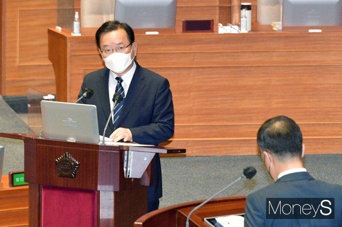 [머니S포토] 국회 대정부 질문, 질의 답변하는 김부겸 총리