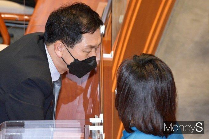 [머니S포토] 대정부 질문, 대화 나누는 野 김기현·전주혜