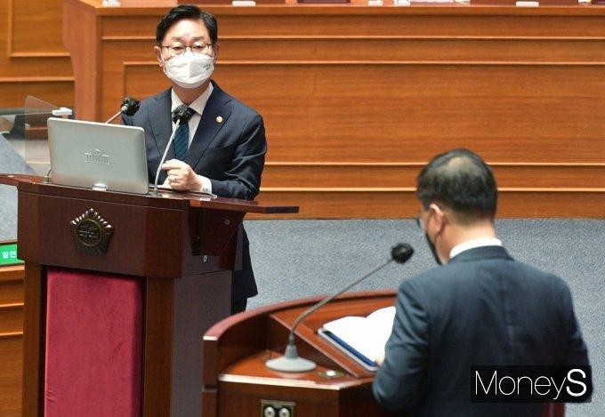 [머니S포토] 대정부 질문, 尹 검찰 고발사주 의혹 관련 답변하는 '박범계'