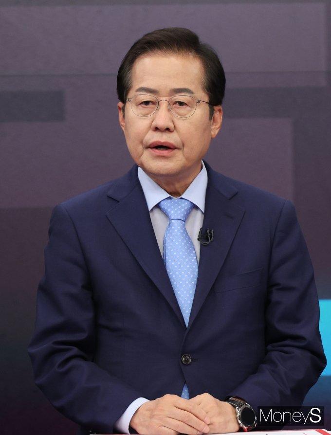 [머니S포토] 첫 방송토론회 참석한 홍준표 예비후보