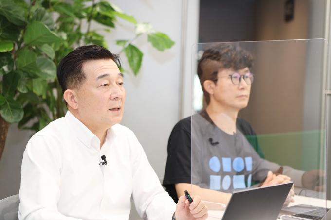 네이버클라우드 김태창 전무(왼쪽)와 장범식 리더가 온라인 밋업을 진행하는 모습. /사진제공=네이버