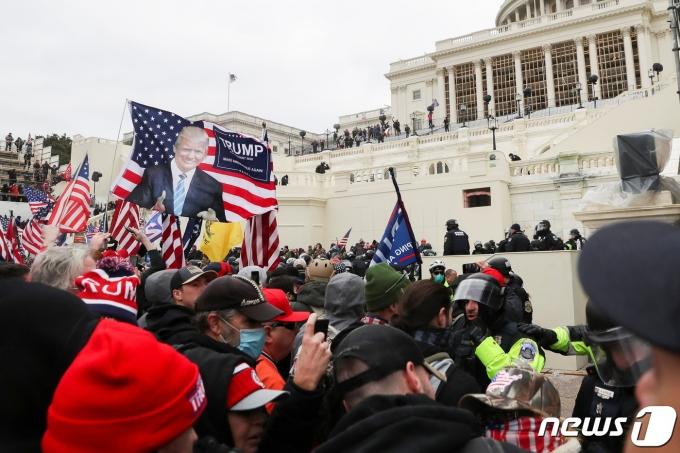 지난 1월6일(현지시간) 트럼프 대통령 지지자들이 조 바이든 당선인의 승리 선언 낭독을 저지하려 미 의사당 난입을 시도하고 있는 모습. © 로이터=뉴스1 © News1 윤다혜 기자