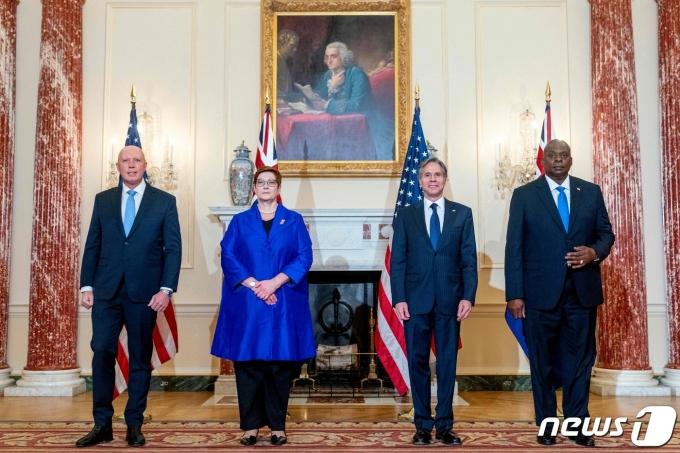 왼쪽부터 피터 더튼 호주 국방장관, 마리즈 페인 호주 외무장관, 토니 블링컨 미국 국무장관, 로이드 오스틴 미국 국방장관. 이들은 16일 미 국무부에서 만나 2+2 회담을 실시했다. © AFP=뉴스1