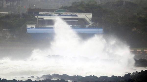 17일 제14호 태풍 '찬투'의 영향으로 제주도에 비가 쏟아진다. 사진은 지난 16일 제주 서귀포시 성산읍 해상에 거친 파도가 일고 있는 모습. /사진=뉴스1