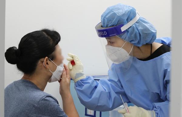 신종 코로나바이러스 감염증(코로나19) 신규 확진자가 17일 0시 기준 2008명을 기록했다. 사진은 지난 16일 대전 대덕구보건소에 마련된 선별진료소에서 시민들이 코로나19 검사를 받는 모습. /사진=뉴스1