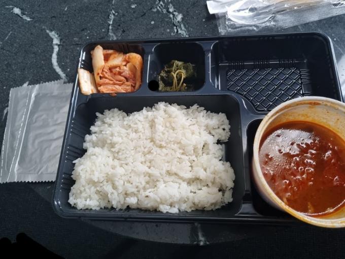 인천국제공항에서 검역 지원 임무를 수행하는 병사들에게 부실한 급식이 제공됐다는 글이 올라왔다. /사진=페이스북 캡처