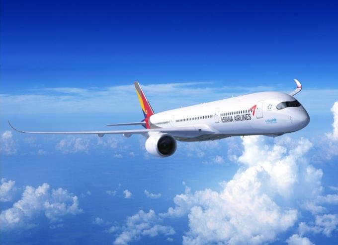 17일 정부가 특별고용지원업종에 대한 고용유지지원금 지원기간을 연장한다는 소식에 여행·항공업종 주가가 상승세다. /사진=아시아나항공