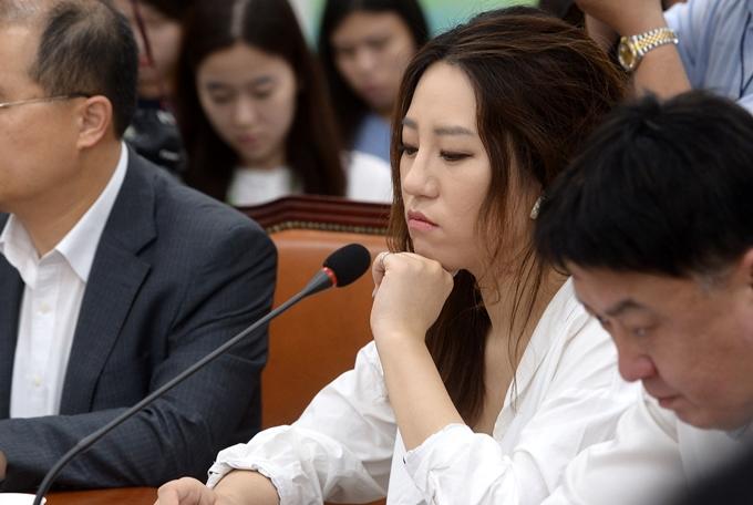 """조성은씨가 박지원 국가정보원장에게 """"송구하다""""고 밝혔다. 사진은 2017년 7월7일 국민의당 비상대책위원회에 참석한 조씨. /사진=뉴시스"""