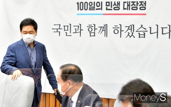 [머니S포토] 국민의힘 원내대책회의 입장하는 '김기현'