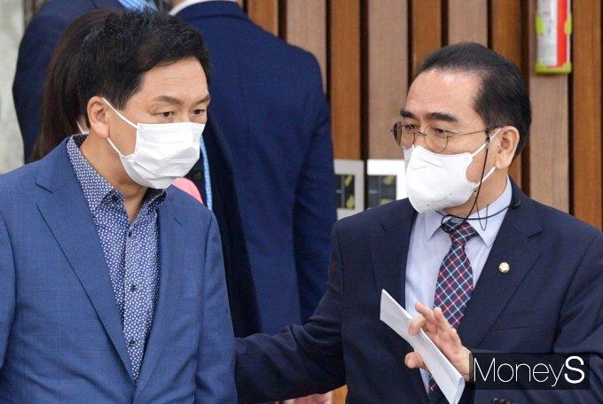 [머니S포토] 野 원내대책회의, 대화 나누는 김기현·태영호