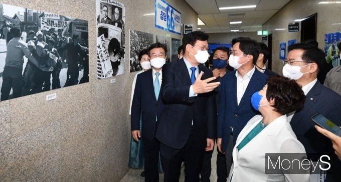 [머니S포토] 민주당 송영길, 창당 66주년 기념 사진 관람