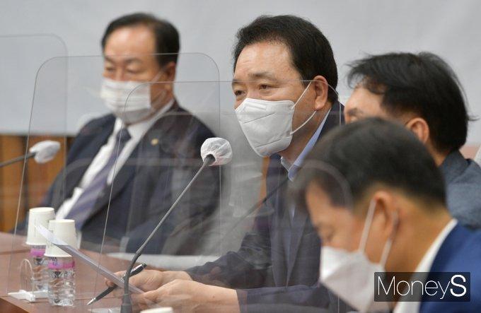 [머니S포토] 국힘 원내대책회의, 발언하는 성일종