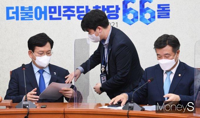 [머니S포토] 與 최고위 준비하는 송영길 대표