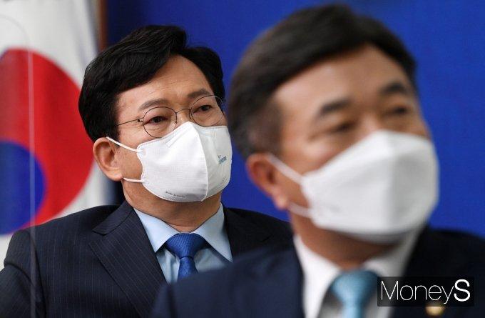 [머니S포토] 與 송영길 대표, 창당 66주년 영상 시청