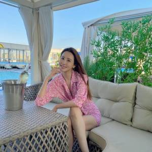 '세븐♥' 이다해, 호텔 수영장서 비치웨어 입고 와인 한잔