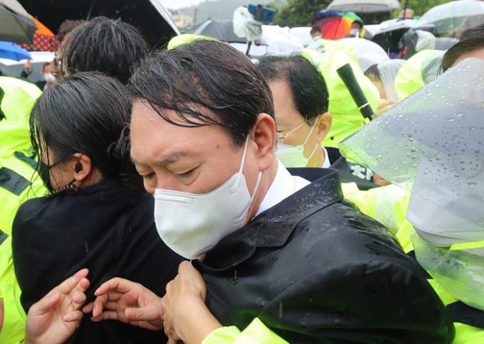 윤석열 전 검찰총장이 17일 경북 구미에 있는 박정희 전 대통령의 생가를 방문했지만 박근혜 전 대통령 지지자들의 거센 항의로 곤욕을 치뤘다. /사진=뉴스1