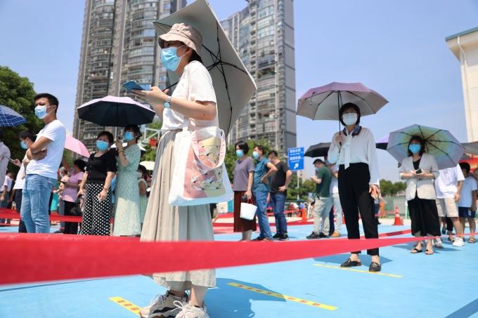 지난 16일(이하 현지시각) 블룸버그통신에 따르면 중국 국가위생건강위원회가 전날 기준 약 10억1000만명(전체 인구 71%)이 백신 접종을 완료했다고 보도했다. 사진은 지난 14일 중국 푸젠성 샤먼시 한 백신 접종센터 앞에서 접종을 기다리고 있는 시민들. /사진= 로이터