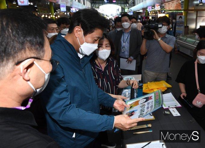 [머니S포토] 일회용 비닐봉지 줄이기 캠페인 설명듣는 오세훈 시장