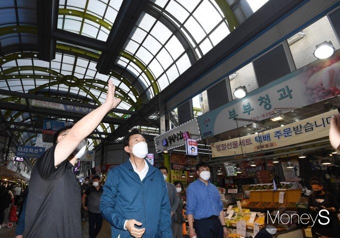 [머니S포토] 전통시장 시설 살펴보는 오세훈 서울시장