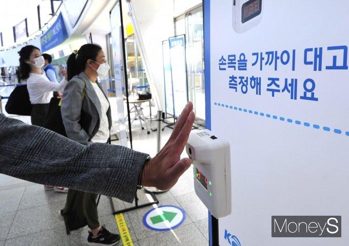 [머니S포토] '열차 탑승 전 발열체크'