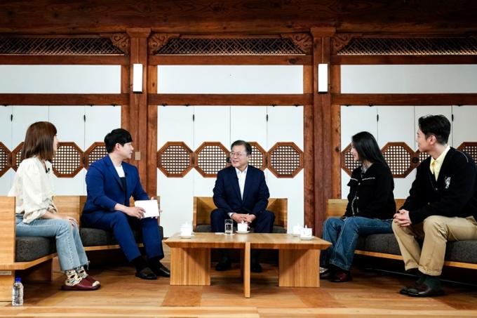 문재인 대통령은 지난 14일 청와대 상춘재에서 청년들과 대담을 진행했다. 해당 대담 영상은 오는 18일 청와대 유튜브로 공개된다. /사진=뉴스1(청와대 제공)