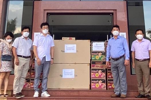 용산구가 해외 자매도시인 베트남 퀴논(Quy Nhon)시에 방역물품을 지원했다. 사진은 지난달 치러진 방역물품 전달식. /사진=용산구청
