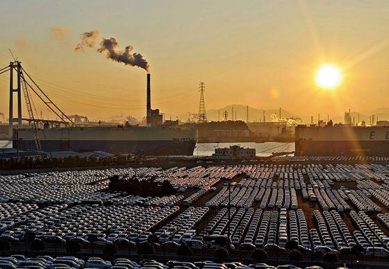 울산석유화학 단지 공장 굴뚝에서는 쉼없이 연기를 내뿜고 있다. /사진=뉴스1