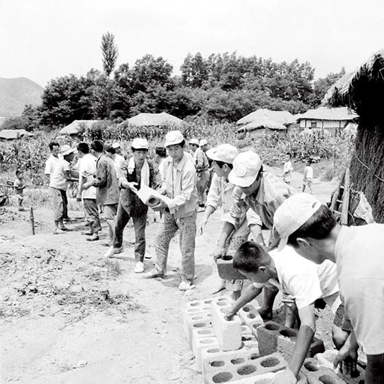 1971년 청년봉사대원들 봉사활동 모습. /사진=뉴스1