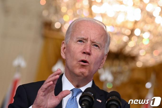 조 바이든 미국 대통령이 15일(현지시간) 워싱턴 백악관에서 보리스 존슨 영국 총리, 스콧 모리슨 호주 총리와 화상 공동 기자회견을 통해 3국 안보 파트너십인 '오커스' 발족을 발표하고 있다. © AFP=뉴스1 © News1 우동명 기자