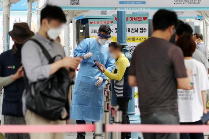 17일 오전 0시부터 오후 6시까지 서울 코로나 19 확진자는 559명으로 집계됐다. 사진은 이날 서울역광장에 마련된 코로나19 선별검사소. /사진=뉴스1