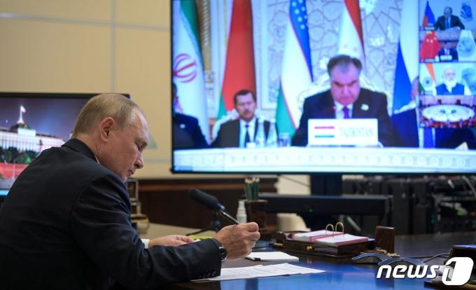 블라디미르 푸틴 러시아 대통령이 화상으로 열린 상하이협력기구(SCO) 정상회의에 참석하고 있다. © 로이터=뉴스1