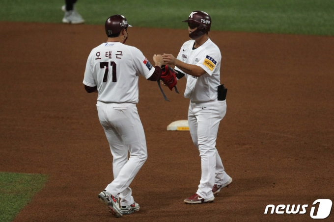[사진] 오태근 코치와 하이파이브하는 김주형