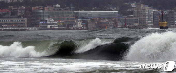 제14호 태풍 '찬투'가 북상 중인 17일 오후 부산 해운대해수욕장에서 파도가 높게 일고 있다. 2021.9.17/뉴스1 © News1 여주연 기자