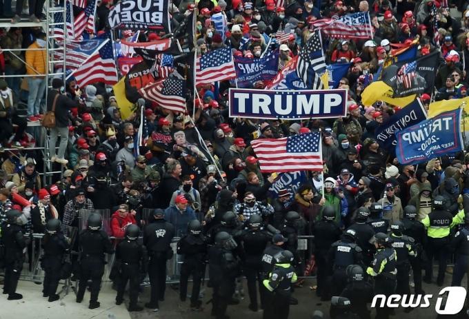 1월 6일(현지시간) 도널드 트럼프 미국 대통령의 지지자들이 조 바이든 당선인의 승리 선언 낭독을 저지하기 위해 국회의사당에 난입을 시도하고 있다. © AFP=뉴스1 © News1