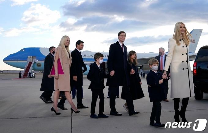 도널드 트럼프 전 미국 대통령의 딸 이방카와 재러드 쿠슈너, 에릭, 트럼프 주니어, 티파니 등 가족들이 20일(현지시간) 조 바이든 대통령 당선인의 취임식에 불참한 채 플로리다로 가는 트럼프 전 대통령을 환송하기 위해 워싱턴 인근 앤드루스 공군기지에 도착을 하고 있는 모습. © AFP=뉴스1 © News1 우동명 기자