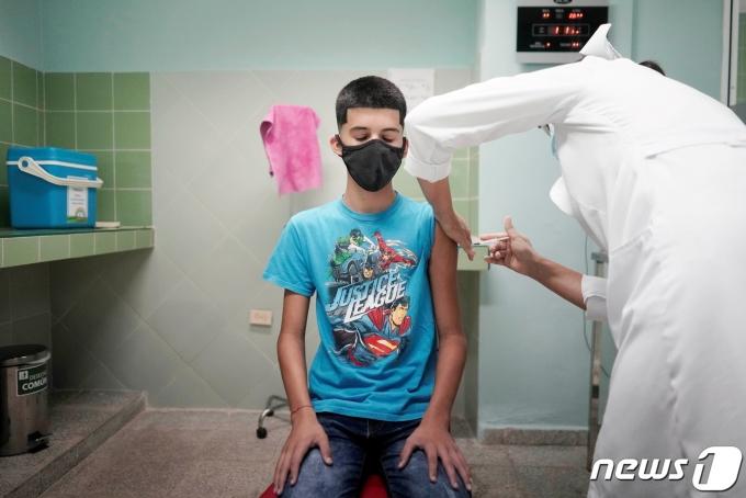 쿠바가 세계에서 최초로 2세에서 10세 사이 어린이들을 대상으로 신종 코로나바이러스 감염증(코로나19) 접종을 시작했다. © 로이터=뉴스1 © News1 정윤영 기자