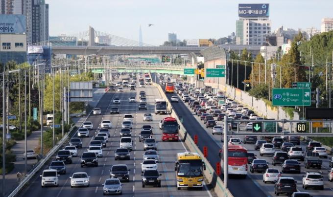 한국도로공사는 18일 전국 고속도로 이용 차량을 477만대로 예상했다. /사진=뉴스1 김영운 기자
