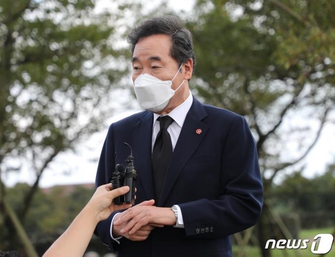 18일 이낙연 더불어민주당 대선 경선 후보가 4·3평화공원을 방문해 지지자와 4·3유족회를 만나고 있다.2021.9.18/뉴스1 © News1 홍수영 기자