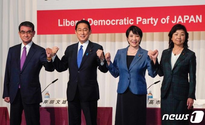 17일 오후 도쿄 자민당 본부에서 열린 당 총재 선거 후보 공동 기자회견에서 4명의 후보가 나란히 서서 주먹을 불끈 쥐고 있다. 왼쪽부터 고노 다로, 기시다 후미오, 다카이치 사나에, 노다 세이코. © AFP=뉴스1