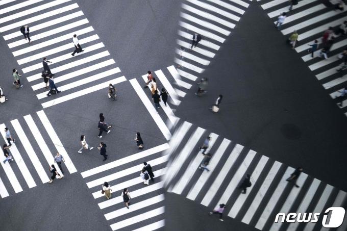 도쿄에서 시민들이 횡단보도를 걷고 있다. © AFP=뉴스1