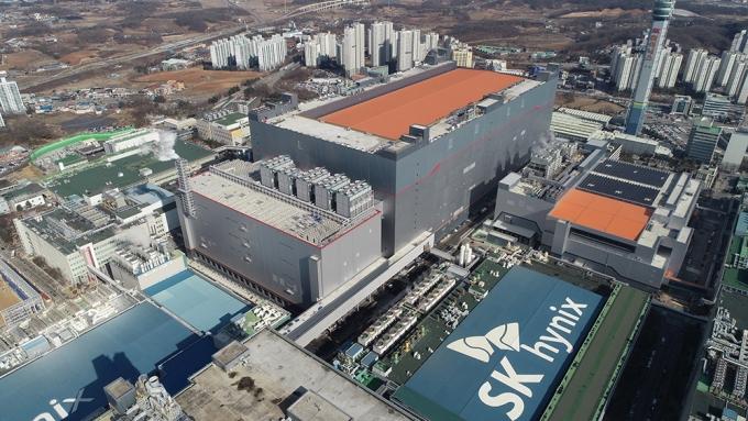 지난해 말 SK하이닉스 이천캠퍼스에 준공된 M16 팹. 회사가 국내외 보유한 생산시설 중 최대 규모다. /사진제공=SK하이닉스