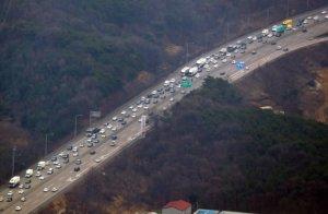 [고속도로 교통상황] 부산 5.2시간·광주 3.4시간·대전 2.2시간… 연휴 둘째 날 곳곳 정체