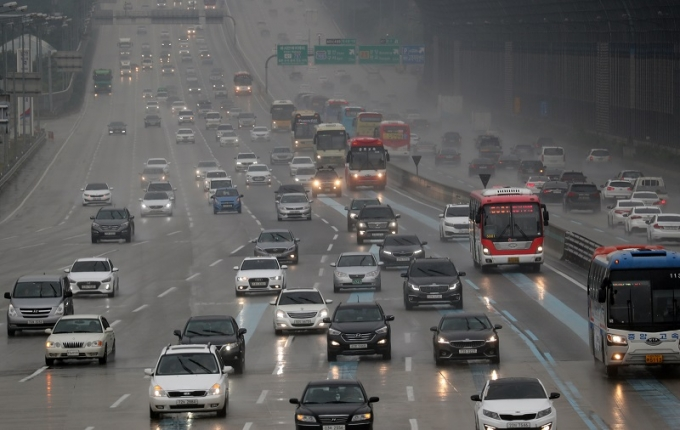 21일 고속도로는 양방향 정체가 예상된다. 사진은 기사 내용과는 무관한 빗길 고속도로 모습. /사진=뉴스1