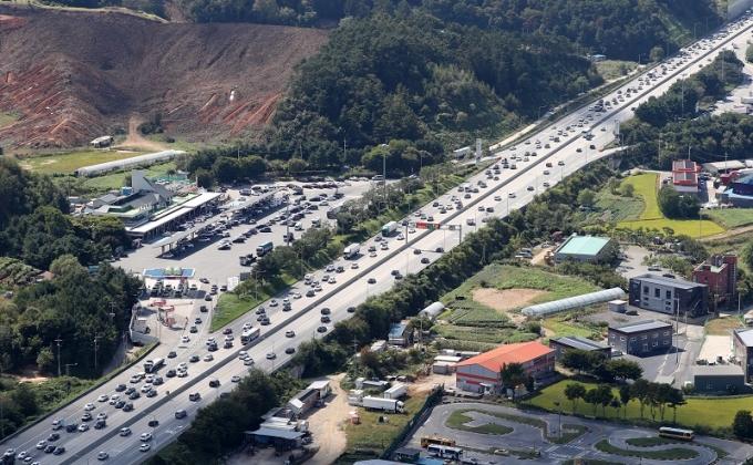21일 한국도로공사는 21일 아침부터 고속도로 양방향 정체가 시작돼 밤 늦게까지 이어질 것으로 전망했다. 사진은 지난 18일 경부고속도로 모습. /사진=뉴스1