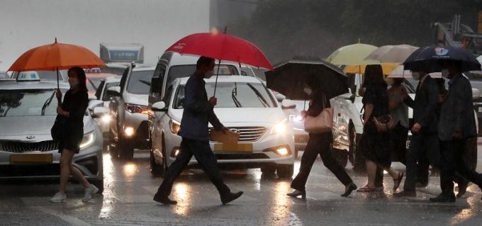 21일 기상청에 따르면 오는 22일에는 중국 북동지방에 자리한 저기압이 북동진하면서 찬 공기가 한반도로 유입되면서 곳에 따라 집중호우가 내릴 전망이다. 사진은 비 내리는 서울 서초동 거리 모습. /사진=뉴스1