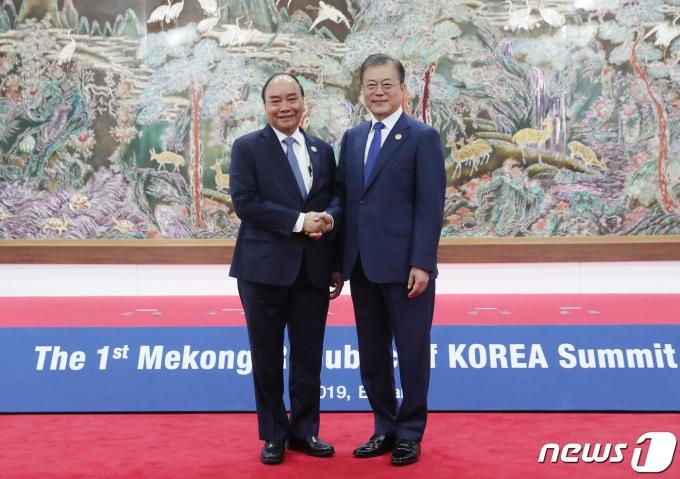 문재인 대통령(오른쪽)과 응우옌 쑤언 푹 베트남 주석 2019.11.27/뉴스1