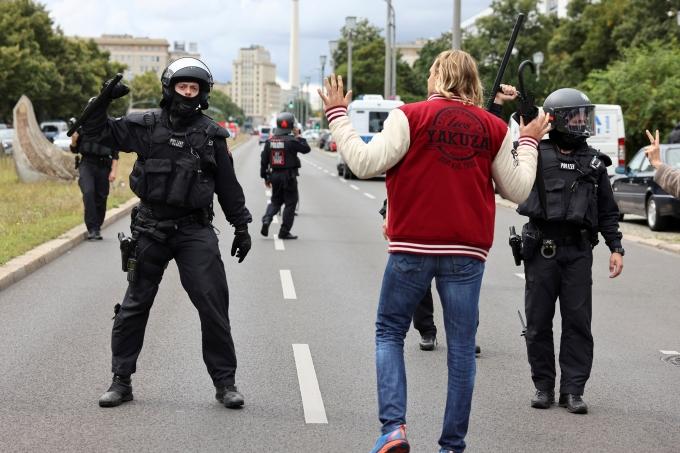 지난 22일(이하 현지시간) AFP통신 등에 따르면 독일에서 한 40대 남성이 마스크를 착용해달라고 요청한 20대 주유소 직원을 총으로 살해했다. 사진은 지난달 29일 독일 베를린에서 신종 코로나바이러스 감염증(코로나19) 방역지침 관련 시위를 진압하는 경찰로 기사 내용과는 무관함. /사진= 로이터