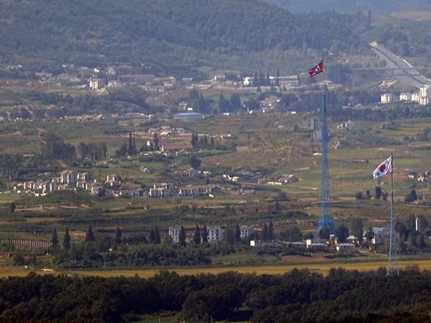 한국의 미사일 방어체계가 북한 탄도미사일에 최적화돼있어 북한의 신형 장거리 순항미사일에는 대응하기 어렵다는 지적이 나왔다. 사진은 지난 16일 경기 파주시 접경지역에서 바라본 북측 기정동 마을과 남측 대성동 마을에 각각 인공기와 태극기가 펄럭이고 있는 모습. /사진=뉴스1